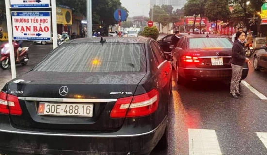 Tạm giữ 2 xe Mercedes cùng biển kiểm soát