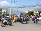 Hàng trăm người vây xe tải kéo lê người lái xe thồ