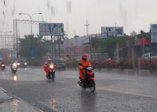 Người dân về quê nghỉ lễ trong cơn mưa tầm tã