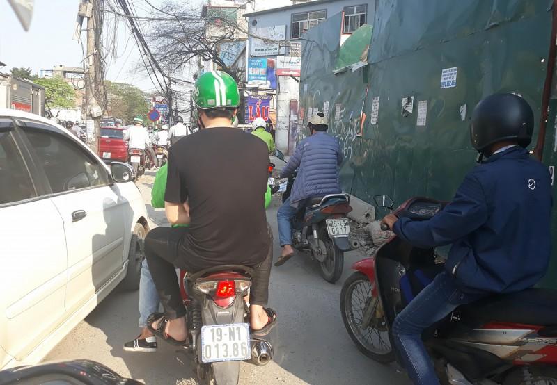 """Vì Hà Nội văn minh: Xe máy  vẫn """"vô tư"""" leo vỉa hè"""