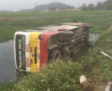 Xe buýt lật nghiêng xuống ruộng, hàng chục hành khách hoảng loạn