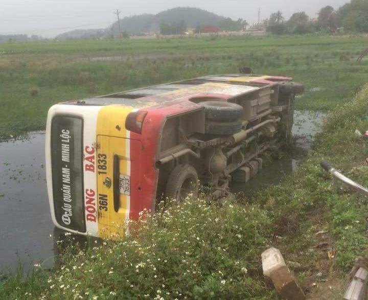 xe buyt lat nghieng xuong ruong hang chuc hanh khach hoang loan