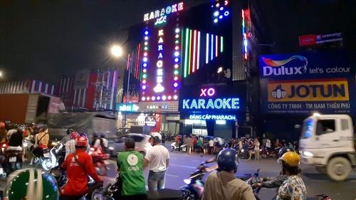 Người hiếu kỳ thức xuyên đêm xem công an khám karaoke của Phúc XO