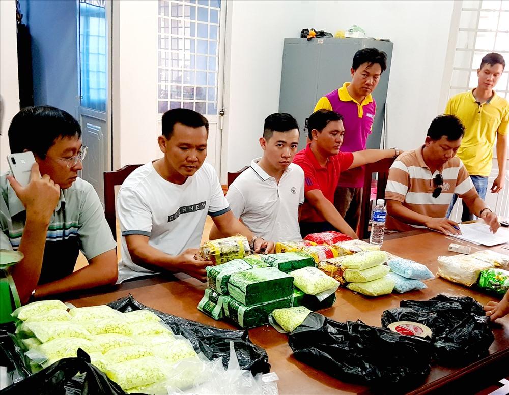 Bắt vụ vận chuyển 26,6 kg viên và chất bột nghi ma túy qua biên giới