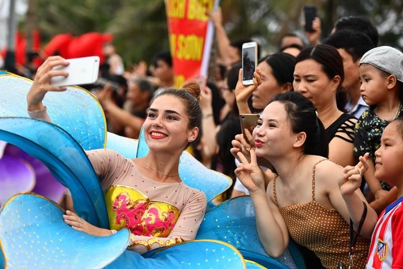 choang ngop voi carnival duong pho lan dau tien to chuc tai thanh hoa