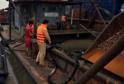 Bắt giữ 5 tàu khai thác cát trái phép trên sông Hồng
