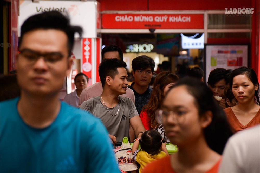 Nghỉ lễ, khu vui chơi, trung tâm thương mại tại Hà Nội chật cứng người