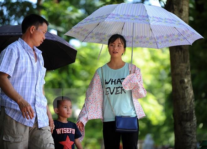Bắc Bộ và Trung Bộ oi bức, Nam Bộ có mưa dông cục bộ