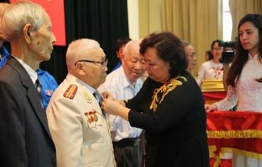 Chủ tịch HĐND TP trao Huy hiệu Đảng tại quận Đống Đa