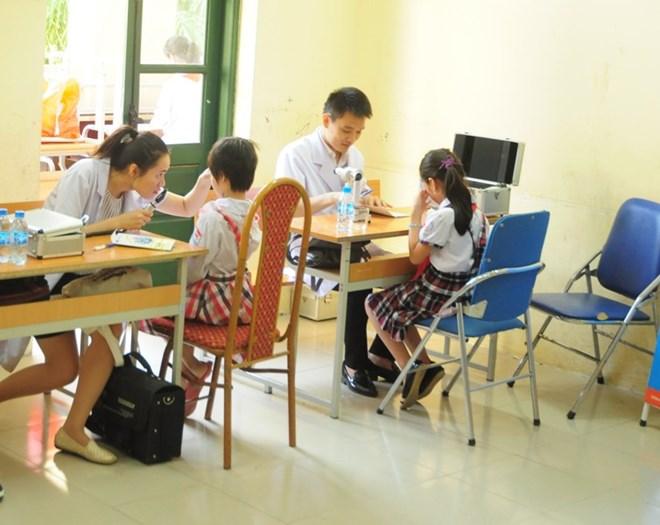 Khám, tư vấn về mắt miễn phí cho học sinh, người dân nghèo