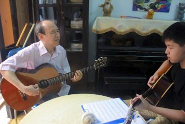 """Thầy giáo mù 51 năm """"truyền lửa"""" guitar"""