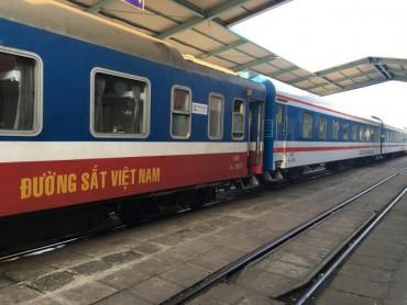 Cán bộ ngành đường sắt cũng loay hoay 40 phút mới mua được vé tàu!