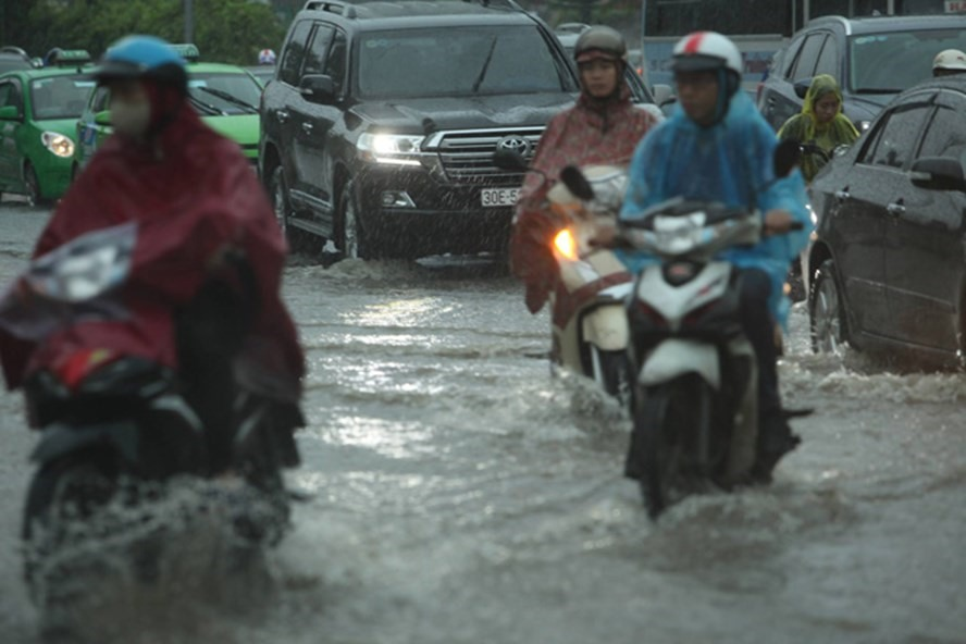 Dự báo thời tiết 12.5: Hà Nội có mưa lớn, đề phòng dông lốc