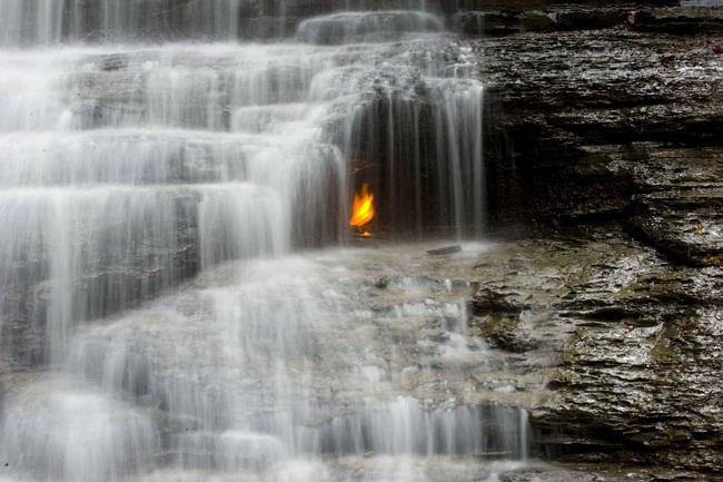 Bí ẩn những địa điểm có lửa cháy mãi không tắt