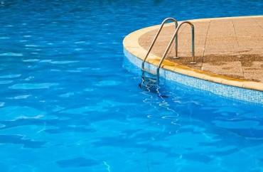 Vì sao không nên đi bơi, chơi trò dưới nước khi bị tiêu chảy?