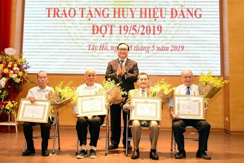 Hà Nội trao Huy hiệu Đảng cho 7.051 đảng viên