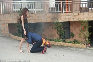 Ảnh chồng ôm chân vợ van xin không ly hôn gây sốt trên mạng