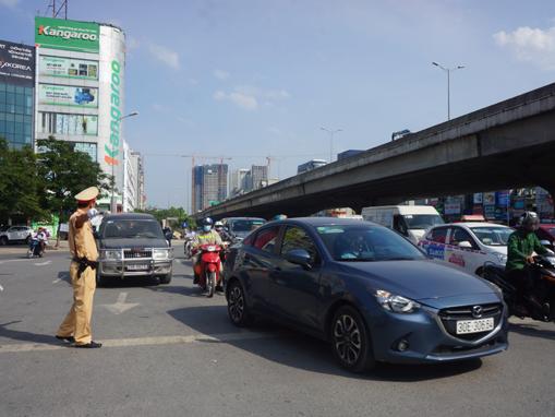 Cảnh sát giao thông căng mình giữa nắng nóng
