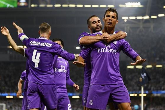 Messi, C.Ronaldo dẫn đầu đội hình hay nhất Champions League!