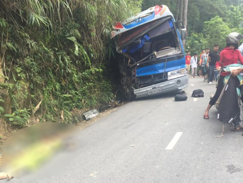 Xe chở học sinh đâm vào vách núi ở Tam Đảo, 2 người chết