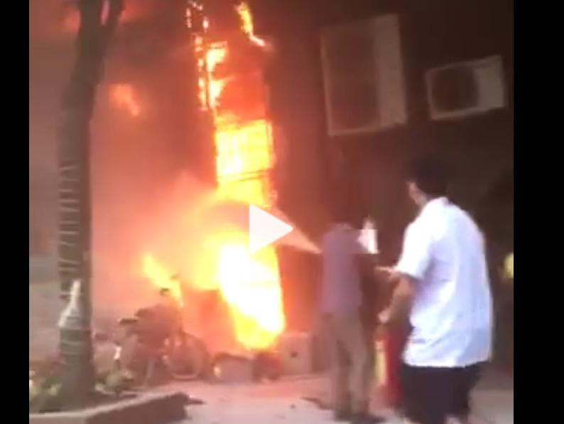 Nhà sách bất ngờ bốc cháy dữ dội trên phố Phùng Hưng, Hà Đông