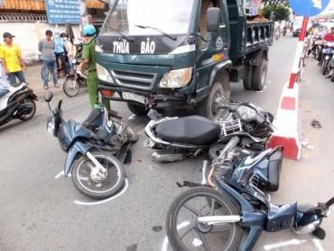 Nhiều xe máy bị xe ben tông khi đang chờ đèn đỏ