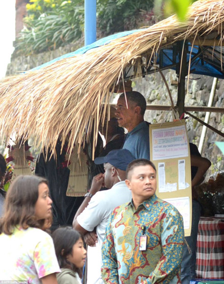 sot anh gia dinh ong barack obama dao buoc tren dong lua indonesia