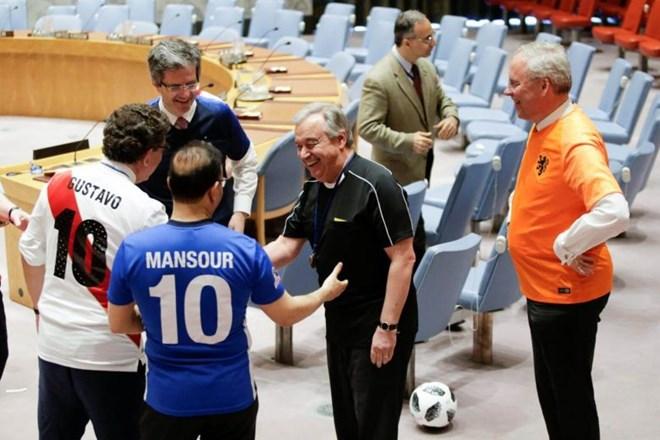 Khi Tổng Thư ký Liên hợp quốc hóa thân thành trọng tài bóng đá