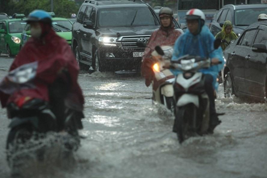 Dự báo thời tiết 17.6: Hà Nội mưa như trút nước