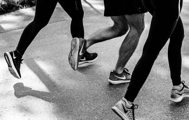 Chạy hay đi bộ tốt hơn cho sức khỏe?