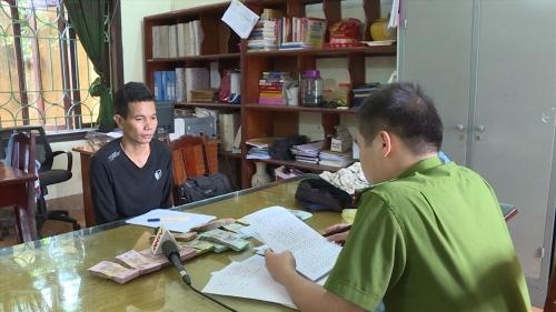 Bắt đối tượng bịt mặt, mặc áo mưa xông vào cướp ngân hàng tại Phú Thọ