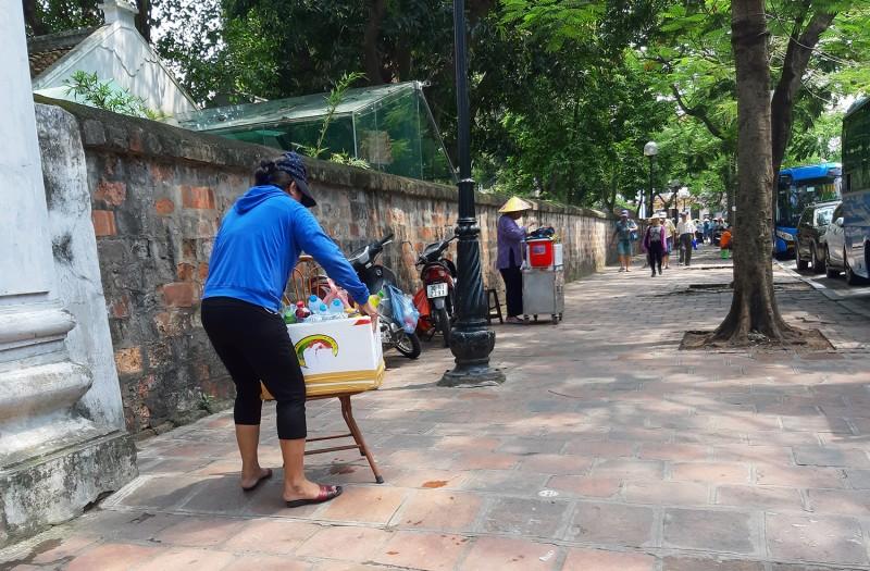 Hoạt động bán hàng rong tại các địa điểm cấm tại Hà Nội: Vẫn khó kiểm soát