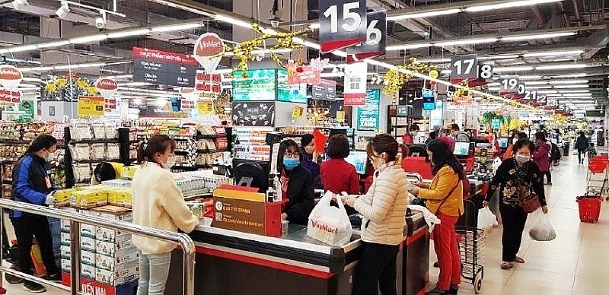 Nhân viên của các DN bán lẻ mỗi ngày phải tiếp xúc hàng triệu lượt khách hàng, nguy cơ lây nhiễm, phơi nhiễm Covid-19 là rất cao.