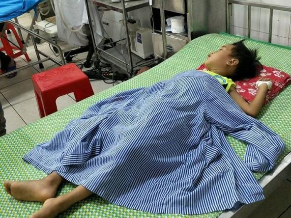 Hai trẻ suýt mất mạng vì uống nhầm rượu, dầu hoả