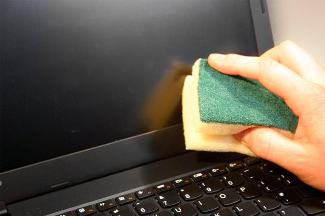 Lau chùi màn hình máy tính xách tay sao cho đúng cách?