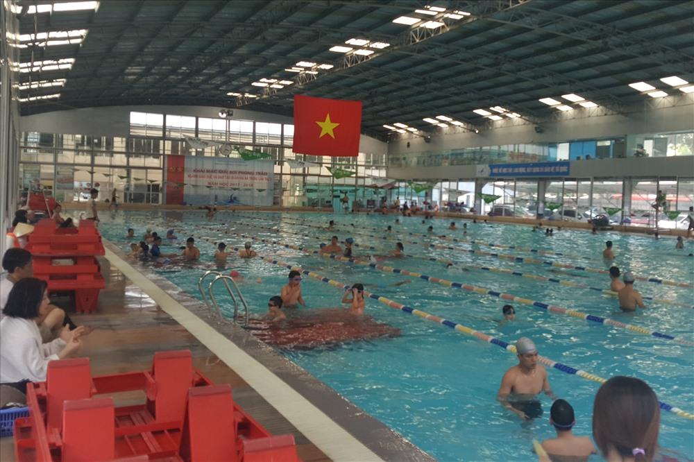 Quá tải bể bơi ngày nắng nóng: Đề phòng rước bệnh