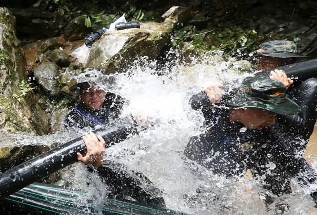Cứu hộ khoan 100 mũi xuyên núi tiếp cận đội bóng Thái Lan