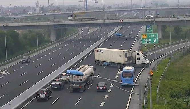 Ô tô đi lùi trên cao tốc: Phải xử nghiêm, phạt nặng để răn đe