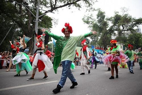 Người dân Thủ đô háo hức chiêm ngưỡng Carnival đường phố Hà Nội 2019