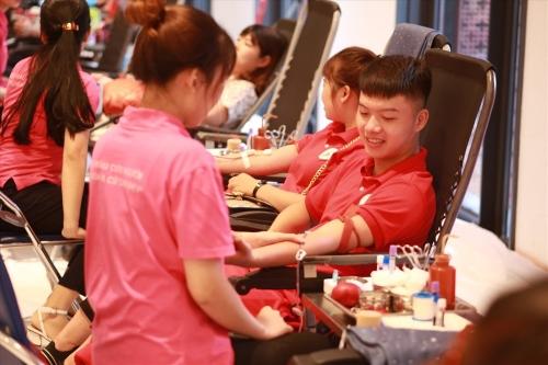 Mặc nắng nóng, hàng nghìn người tham gia ngày hội hiến máu