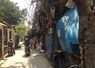 Lều lán tạm bợ quây khu dân cư