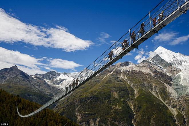 Cầu treo đi bộ dài nhất thế giới mở của đón du khách
