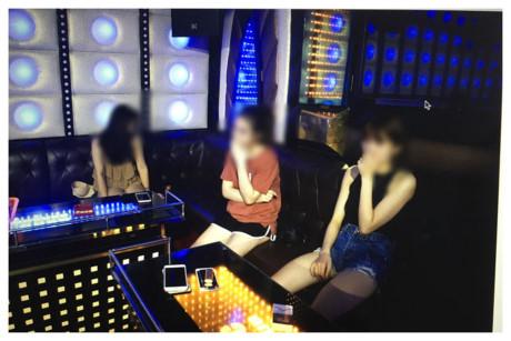 Hàng chục nam, nữ 'bay lắc' điên cuồng trong quán karaoke