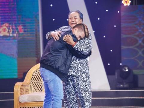 Sau 34 năm, cha con Nguyễn Sanh mới có cơ hội ôm nhau