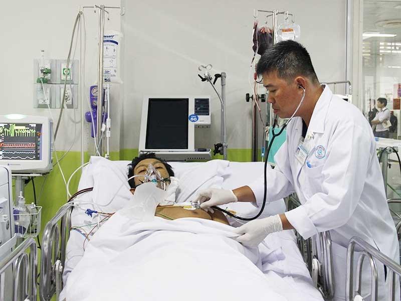 Bác sĩ 'đánh cược' cứu bệnh nhân nghèo