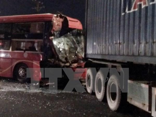 Đồng Nai: Container va chạm xe khách, 4 người bị thương nặng