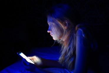 Nhìn smartphone nhiều có thể mù mắt tạm thời