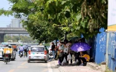 Thủ đô Hà Nội ngày nắng, bất chợt xuất hiện mưa rào và dông