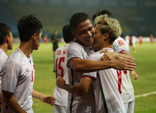 Bàn thắng vàng của Văn Toàn đưa Olympic Việt Nam vào bán kết Asiad 18