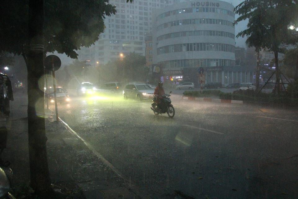 Dự báo thời tiết 21/8: Miền Bắc tiếp tục mưa dông gió lớn diện rộng